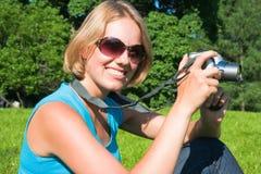 Le femme avec l'appareil-photo Images stock