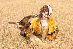Le femme avec le faucon a un reste Photos libres de droits