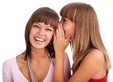 Le femme chuchote aux secrets d'amie Photos stock