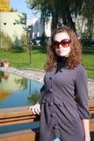 le femme coûte sur la passerelle en glaces de soleil Image libre de droits