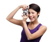 Le femme compétent remet le rétro appareil-photo photographique photo stock