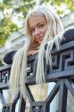 Le femme comptent sur la balustrade Photographie stock libre de droits