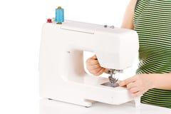 Le femme coud sur la machine à coudre Image libre de droits