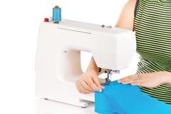 Le femme coud sur la machine à coudre Photos stock