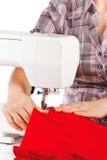 Le femme coud sur la machine à coudre Images libres de droits