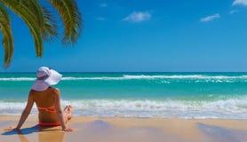 Le femme détendent sur la plage image stock