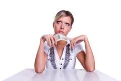 Le femme d'affaires épargnent vers le haut une certaine somme d'argent photo libre de droits