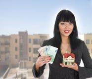 Le femme d'affaires annonce les immeubles image libre de droits