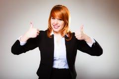 Le femme d'affaires donnant des pouces lèvent le signe Photo stock