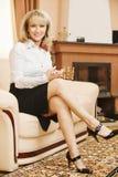 Le femme d'affaires s'assied sur le sofa Photos libres de droits
