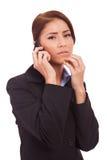Le femme d'affaires s'inquiète au téléphone Image libre de droits