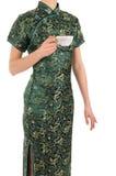 Le femme dans le Chinois rectifient avec une cuvette de thé Image stock