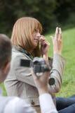 Le femme de pelliculage d'homme composent près photos libres de droits