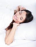 Le femme de sommeil se réveillent le matin photos stock