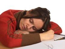 Le femme de Youn est tombé en sommeil tout en écrivant Image stock
