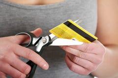 Le femme doit la détruire par la carte de crédit Photo libre de droits