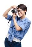 Le femme effectue des photos avec le rétro appareil-photo photographique Photos libres de droits