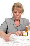 Le femme a effrayé par des factures de soins de santé Image libre de droits
