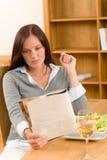 Le femme en bonne santé de déjeuner à la maison a affiché le magazine Photo libre de droits