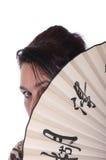 Le femme est fermé par un ventilateur Image libre de droits