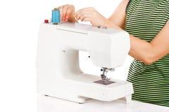 Le femme est a installé la machine à coudre Photos libres de droits