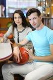 Le femme et l'homme s'asseyent à la table dans le bowling Image stock