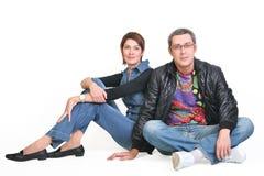 Le femme et l'homme, s'asseyent ensemble Photos stock