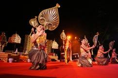 Le femme exécute une danse traditionnelle thaïe Images libres de droits