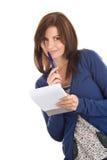 Le femme fait des enregistrements par le crayon lecteur en bloc-notes Photo libre de droits