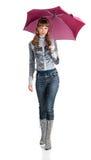 Le femme gai avec un parapluie rose image stock