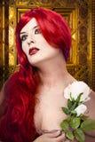 Le femme gothique avec le blanc s'est levé dans sa main Images libres de droits