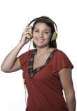 Le femme heureux écoute la musique. image libre de droits