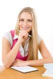 Le femme heureux d'étudiant écrivent le travail Photo stock