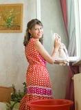 Le femme lave un hublot Photo libre de droits