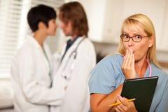 Le femme médical alarmé est témoin des collègues Romance Images stock