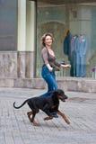 Le femme marchant avec un crabot Images libres de droits