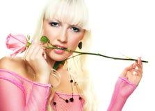 Le femme mordant un rose s'est levé photographie stock libre de droits