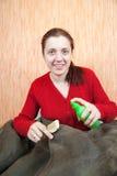 Le femme nettoyant une basane avec battent le balai photos libres de droits