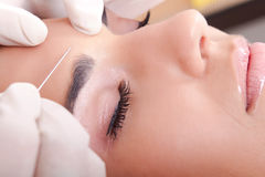 Le femme obtiennent une injection de botox images libres de droits