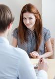 Le femme parle avec l'homme au café image stock