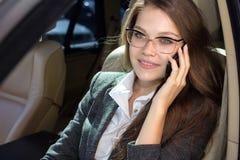 Le femme parle par le téléphone Photo libre de droits