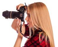 Le femme-photographe de charme prend des images - d'isolement sur le blanc Photos libres de droits