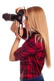 Le femme-photographe de charme prend des images - d'isolement sur le blanc Photographie stock libre de droits