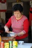 Le femme préparait le tofu fa Photos libres de droits
