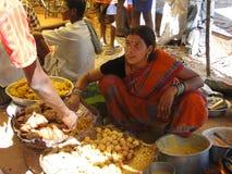 Le femme prépare la nourriture frite pour des casse-croûte Images libres de droits