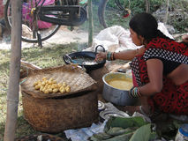Le femme prépare la nourriture frite pour des casse-croûte Photos libres de droits