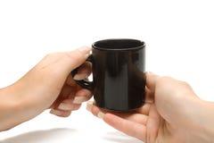 Le femme remet à fixation la cuvette de café noir, avec le clippin Photo libre de droits