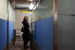 Le femme reste dans le point de reprise de garantie à l'aéroport Photo stock