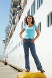 Le femme reste sur le bitt près du panneau du bateau de multideck Photographie stock libre de droits