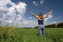 le femme reste sur une zone verte Image libre de droits